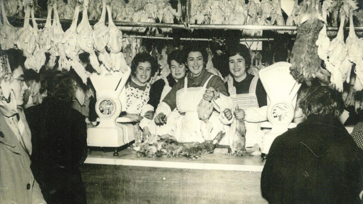 La familia Vera Martínez, en su parada del mercado de Sant Andreu, en 1956.