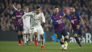 Messi y Casemiro se disputan el balón en el partido de ida.