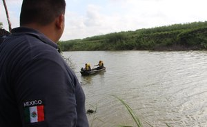 Las autoridades mexicanas patrullanelRío Bravo,frontera con los EEUU.