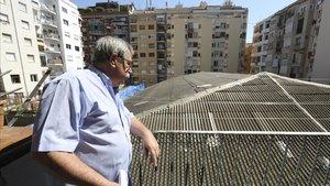 Miguel Moreno, representante de Macosa, observa la cubierta del antiguo Cine Borrell, objeto de desamiantado estos días