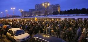 Miles de personas han salido a las calles para protestar contra el decreto que despenaliza la corrupción.