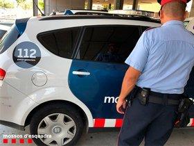 Detingut un lladre que va trencar una ampolla de vi al cap d'un empleat