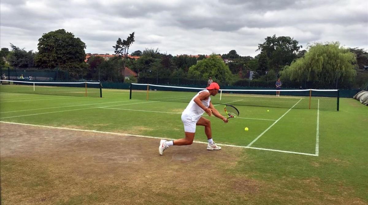Nadal se entrena en Wimbledon sobre una pista seca, en Aorangi Park.