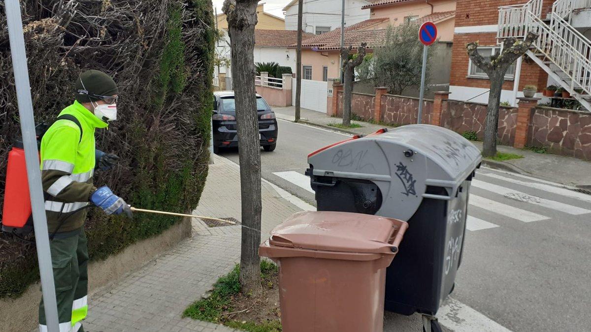 Mientras continúe el estado de alarma por el coronavirus, el Ayuntamiento de Parets del Vallès ha intensificado las tareas de limpieza y desinfección de las áreas de contenedores de basura.