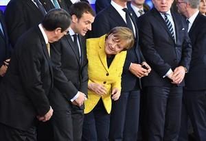 Nicos Anastasiades habla con Angela Merkel, con Emmanuel Macron en medio, en una reciente reunión comunitariaen Bruselas.