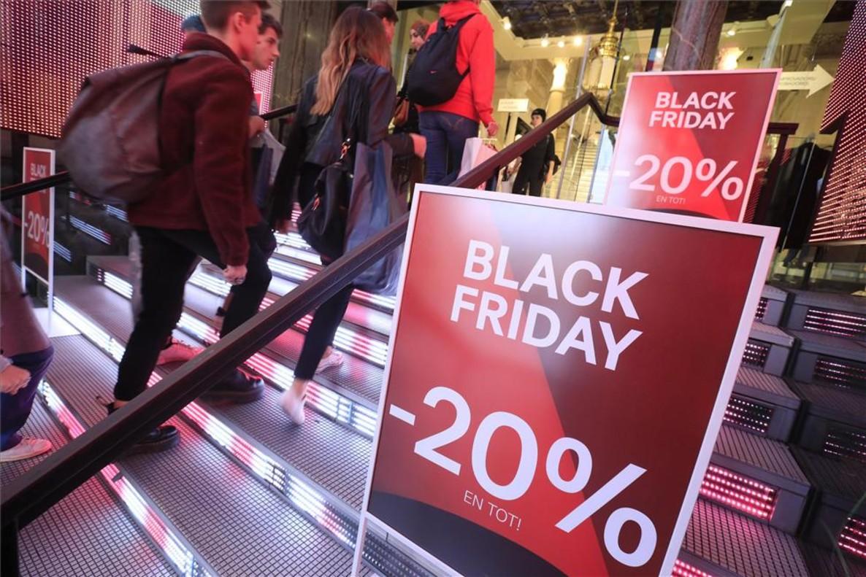 Ofertas de Black Friday en un comercio de Barcelona.