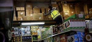 Operación policial en el poligonoCobo Calleja (Fuenlabrada, Madrid), donde tenían su sede varias de las empresas implicadas en el fraude de los contenedores.