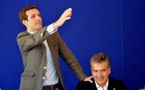 El presidente del PP, Pablo Casado, se apoya en Ignacio Cosidó duranteun acto de la campaña por el liderazgo del PP celebrado en junio pasado en Palencia.