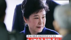 Park Geun-hye, en una imagen de televisión, a su llegada a la fiscalía, en Seúl, el 21 de marzo.