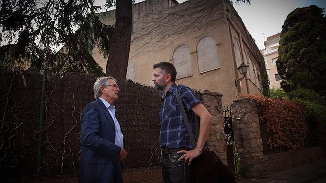 Xavier Trias, candidato de CiU a la alcaldía de Barcelona, pasea por el barrio del Camp de lArpa con un vecino y conversa con él días antes de las elecciones municipales.