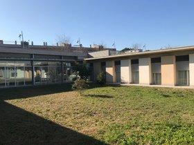 Patio exterior de la residencia para mayores de Parets, Pedra Serrada.