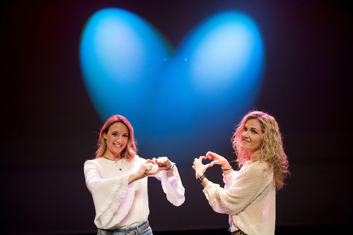 Patricia Ramírez y Silvia Congost, antes de representar la función 'Diez maneras de cargarte tu relación de pareja', en la Sala Barts de Barcelona.
