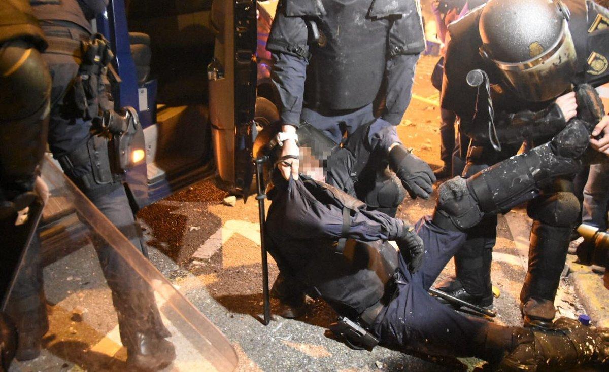 Un policía, cargado por sus compañeros tras ser herido en los enfrentamientos con los manifestantes en Via Laietana, este viernes.