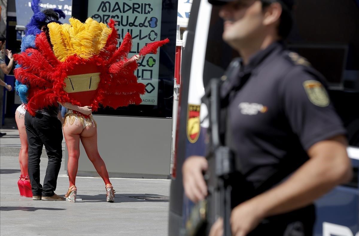 Un policía nacional vigila durante la celebración del Orgullo Gay en Madrid, en junio de 2017.
