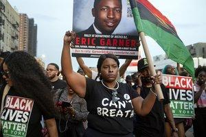 Activistas protestas por la muerte de Eric Garner ocurrida hcae cinco años en manos de la policía de Nueva York.