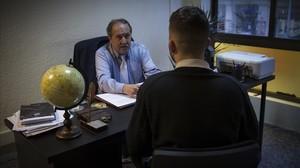 El presidente de Acencas, Francesc Perendreu, durante una sesión con Oriol, que ha tenido problemas de adicción a las apuestas deportivas.