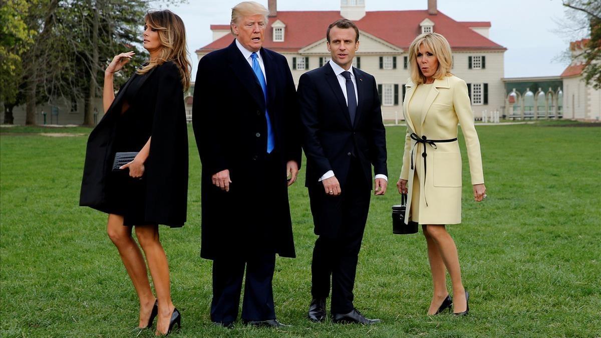 El presidenteDonald Trump,su homólogo francés Emmanuel Macrony las esposas de ambos, posan ante las cámaras.