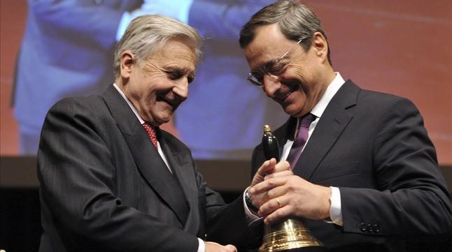 El presidente saliente del BCE, Jean Claude Trichet, entrega una campana a su sucesor, Mario Draghi, en la ceremonia de despedida en la Ópera House de Fráncfort Main, en noviembre del 2011.