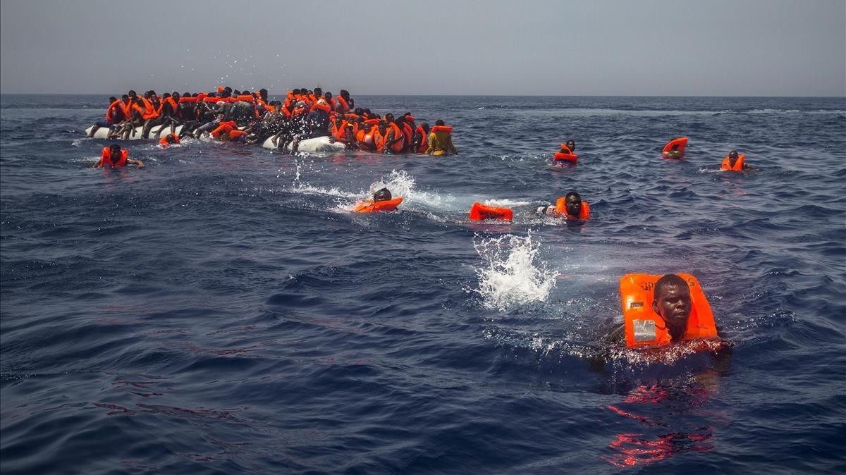 Un grupo de emigrantes y refugiados africanos intentan alcanzar a nado el barco de la oenegé Proactiva Open Arms el pasado 23 de julio.