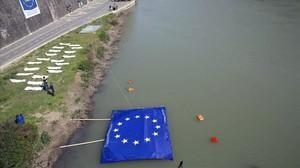 Protesta contra el trato de la UE a ñps refugiados en el río Tíber, en Roma, coincidiendo con la cumbre.