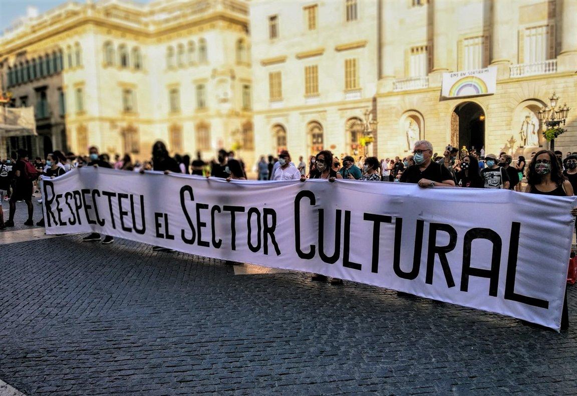 Protesta del sector cultural metropolitano en la plaza Sant Jaume de Barcelona.