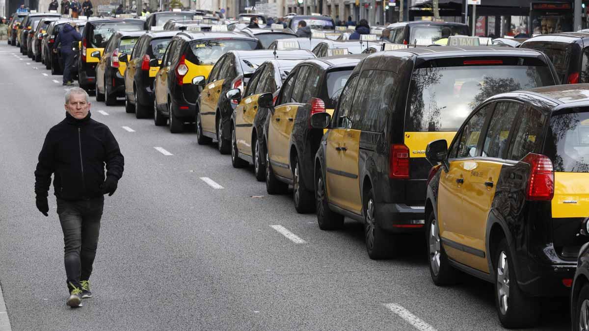 Los taxistas ocupando la Gran Vía en protesta por la decisión del Govern sobre Uber y Cabify.