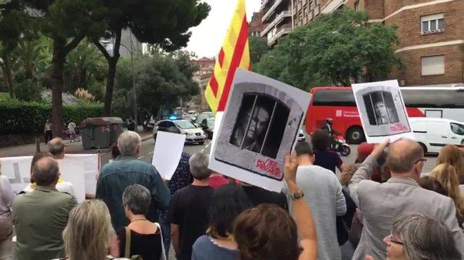 Primeras protestas por la sentencia delante la Conselleria d'Ensenyament.