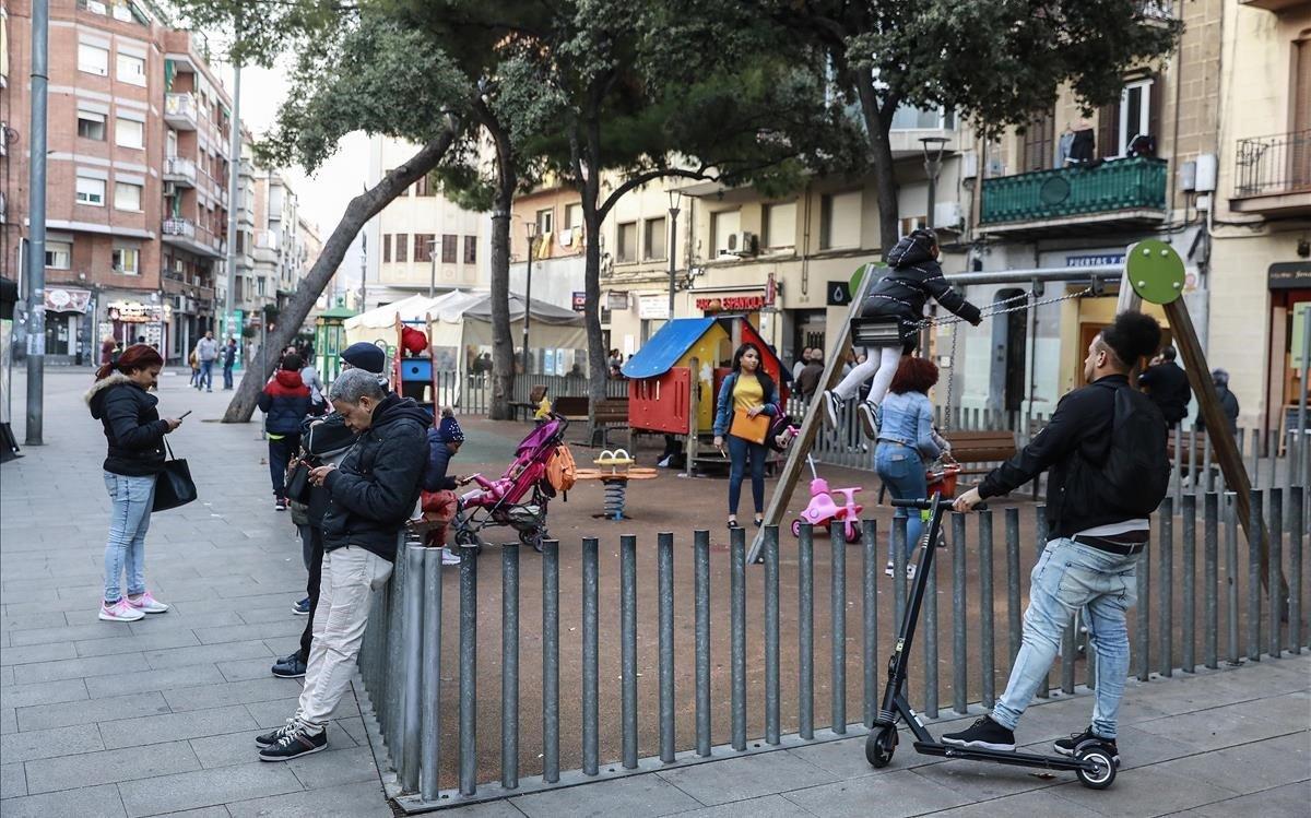 La plaza Espanyola, en l'Hospitalet de Llobregat, espacio clavede convivencia entrelos vecinos del barrio