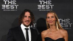 Puyol y Vanesa Lorenzo, su mujer, en la gala de 'The Best' en Milán.