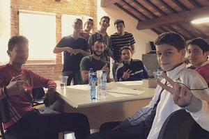 El rapero Jeebli trabajando junto a varios jóvenes de Rubí en la letra de la canción