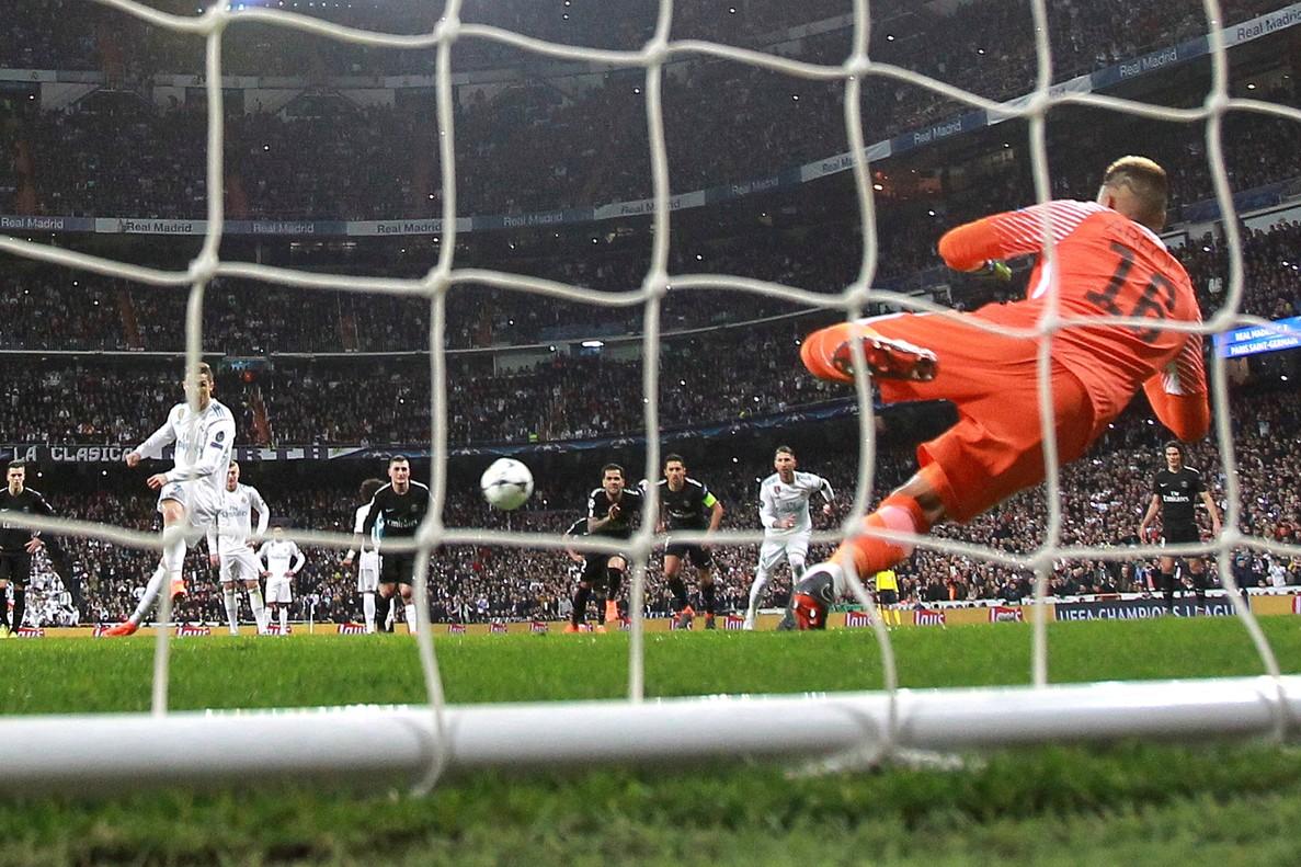 Cristiano Ronaldo marca de penalti.