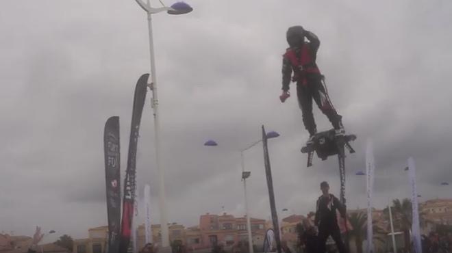 El creador del monopatín volador recorre más de dos kilómetros en el aire