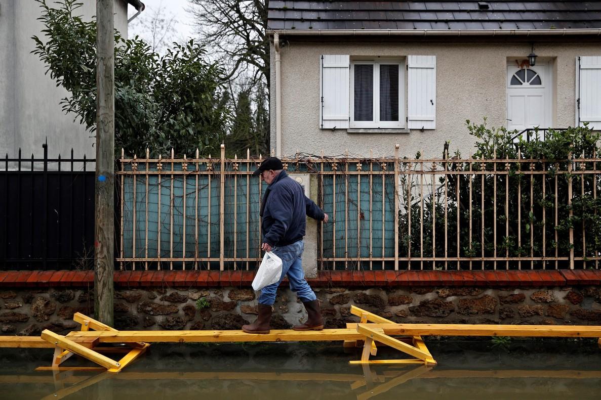 El rio Sena desbordado en algunos tramos a su paso de Paris sigue subiendo hoy de nivel y lo continuara haciendo hasta el fin de semana.