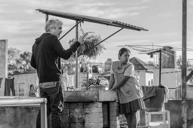 Alfonso Cuarón, dando instrucciones durante el rodaje de Roma.