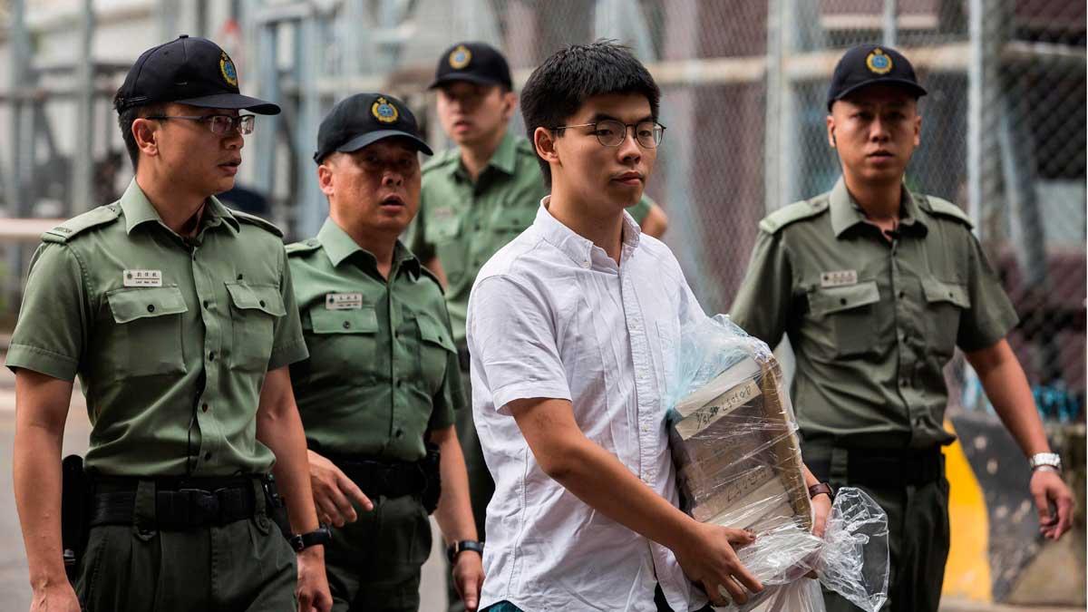 Sale de prisión el activista prodemócrata hongkonés Joshua Wong.