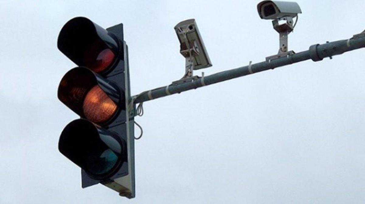Imagen de archivo de un semáforo con cámara.