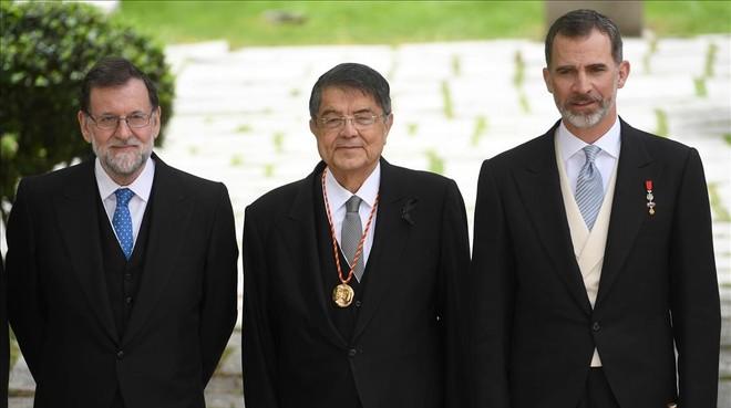 Sergio Ramírez, junto al rey Felipe (derecha) y el presidente del Gobierno, Mariano Rajoy, en Alcalá de Henares.