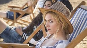 Maggie Civantos i, al fons, Alba Flores, durant el rodatge de la segona temporada de Vis a vis.