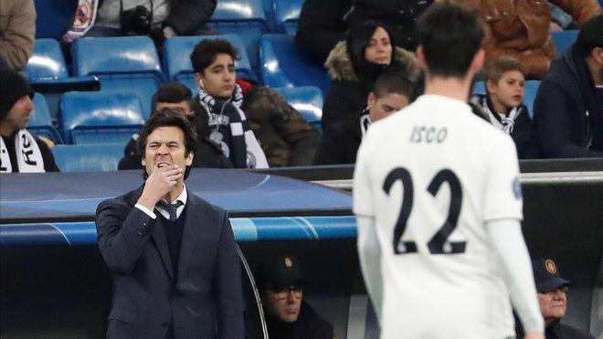 Solari, preocupado, ante Isco en el Bernabéu.