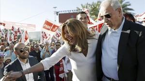 Susana Díaz y Alfonso Guerra, en el mitin de cierre de campaña de las primarias de la presidenta andaluza, en Sevilla.