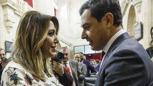 Susana Díaz felicita a Juanma Moreno tras ser investido presidente de la Junta de Andalucía.