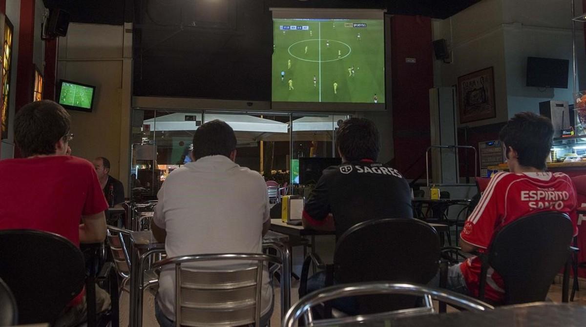 Espectadores siguiendo la retransmisión de un partido de la Champions, uno de los productos estrella de la televisión de pago en España.