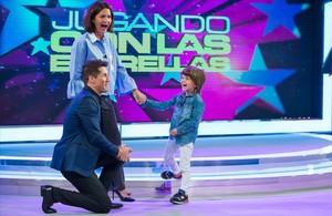 Jaime Cantizano, con Samantha Vallejo-Nágera y su hijo en Jugando con las estrellas.