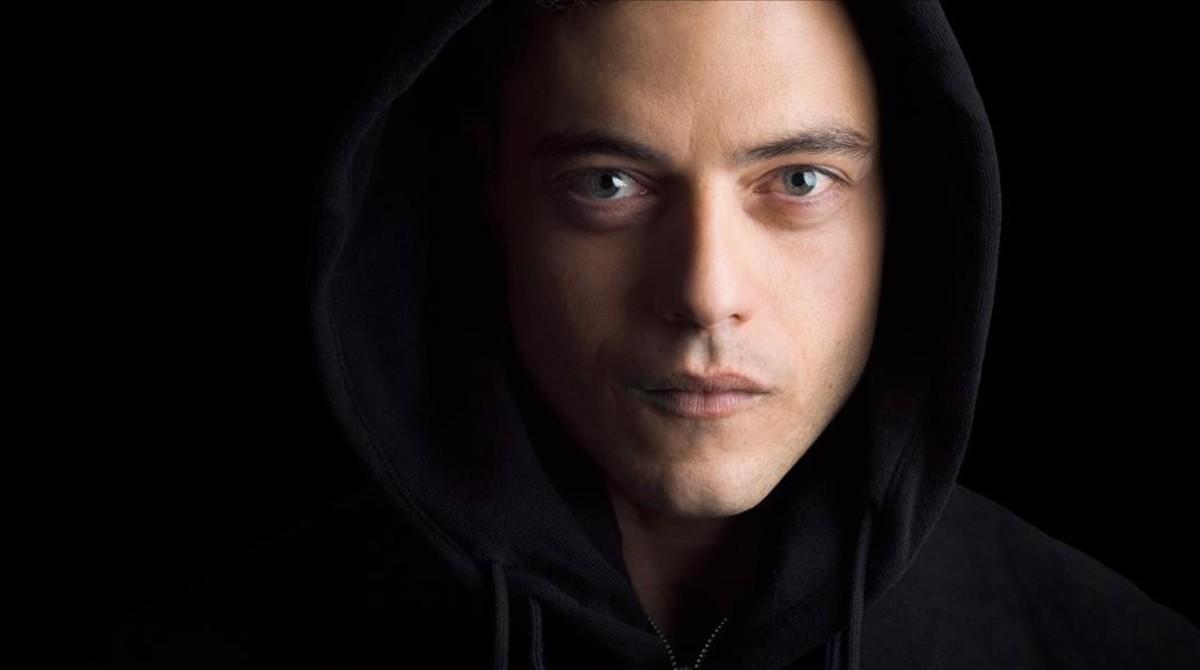 El actor, Rami Malek, protagonista de la serie 'Mr Robot', en una imagen promocional de la serie.