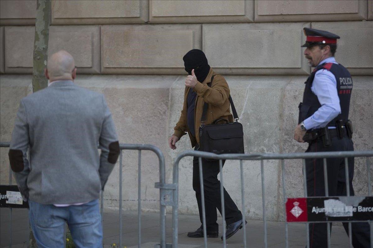 Joaquim Benítez, con un pasamontañas, durante el tercer día de juicio.