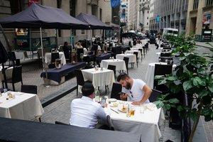 Terraza casi vacía de un restaurante de Nueva York, en septiembre.