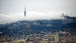 Imagen invernal de Barcelona con el Tibidabo al fondo.