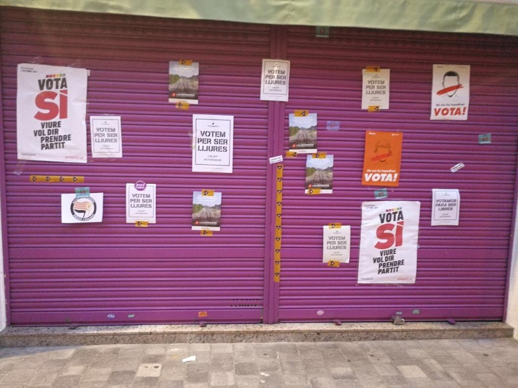 Tienda de la madre de Albert Rivera con carteles a favor del sí al referendum.