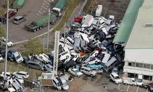 Coches apilados tras el paso del tifón en Kobe.