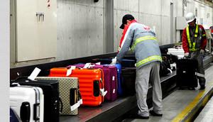 Tracte de maletes a laeroport de Kansai, al Japó.